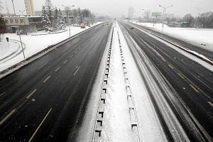 Atak zimy. L�d na ulicach, a autobusy sp�nione o godzin�