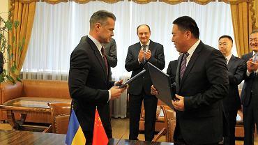 10 października 2017 , Sławomir Nowak , szef ukraińskiej państwowej agencji drogowej i Shen Jinsheng , prezes firmy Xinjinag Communications Construction Group podpisują pierwsze ukraińsko-chińskie umowy na remont dróg