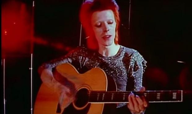 """Jeżeli jesteś fanem świątecznych swetrów, ale znudziło Ci się noszenie sztampowego wełniaka z reniferem, czy świętym Mikołajem. To mamy dla Ciebie coś wyjątkowego, sweter inspirowany filmem """"Labirynt"""" z Davidem Bowie."""