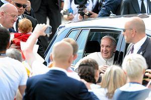 Papie� Franciszek jedzie z lotniska na Wawel. Nagle podaj� mu malutk� Ol�