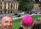 Zdjęcia tego biskupa na Facebooku to prawdopodobnie najlepsza relacja z ŚDM, jaką zobaczysz