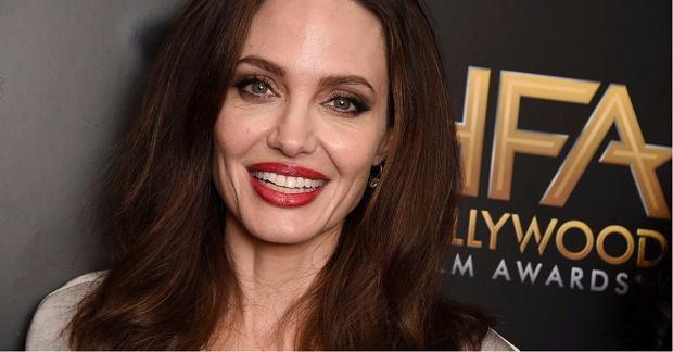 Zdjęcie numer 2 w galerii - Angelina Jolie przytyła i dawno nie wyglądała tak dobrze. Udowodniła to, zakładając mini. Pierwszy raz od dawna!