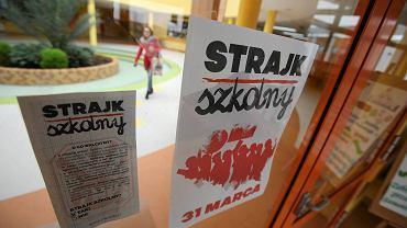 Drzwi SP 7 na Warszewie i plakat zapowiadający strajk szkolny