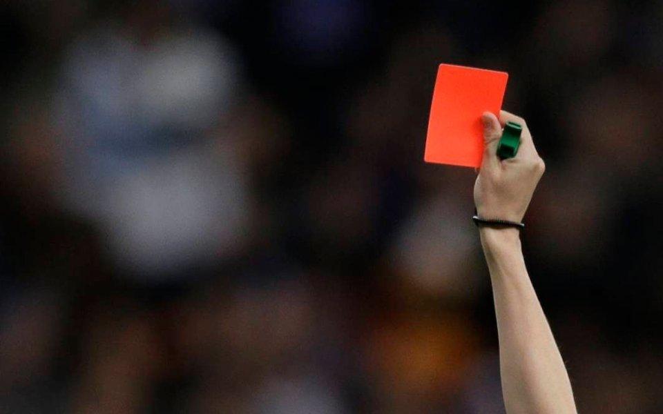 Sędzia pokazuje czerwoną kartkę