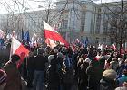 """Protest KOD. 10 tys. ludzi na demonstracji Komitetu Obrony Demokracji. """"Kłamstwo grubym Szydłem szyte!"""""""