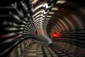 Pierwszy poci�g metra przejecha� tunelem pod Wis��!