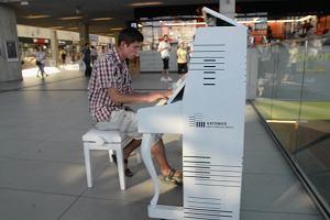 Katowiczanie pokochali trzy białe pianina. Na dworcu to atrakcja