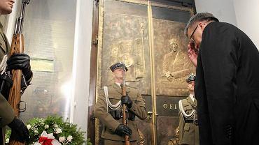 Prezydent Komorowski złożył kwiaty w Katedrze Polowej Wojska Polskiego w rocznicę katastrofy smoleńskiej