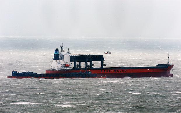 Wypadek statku na kanale La Manche. Stracił sterowność i sztorm zepchnął go na barkę z kamieniami