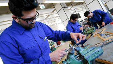 Uczestnicy warsztatów zawodowych dla uchodźców zorganizowanych przez firmę Siemens w fabryce w Berlinie