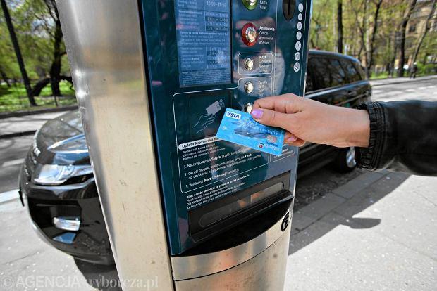 Op�aty od kart: samoregulacja wystarczy czy konieczna ustawa?
