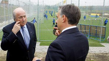 Październik 2009 r. Były i przyszły premier Viktor Orbán (z prawej) podejmuje  w Felcsut na terenie klubu Akademia Puskása szefa FIFA Seppa Blattera