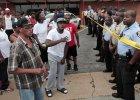 Wiadomo, kto zastrzeli� 18-latka z Ferguson. By uspokoi� nastroje, lokaln� policj� zast�piono drog�wk�