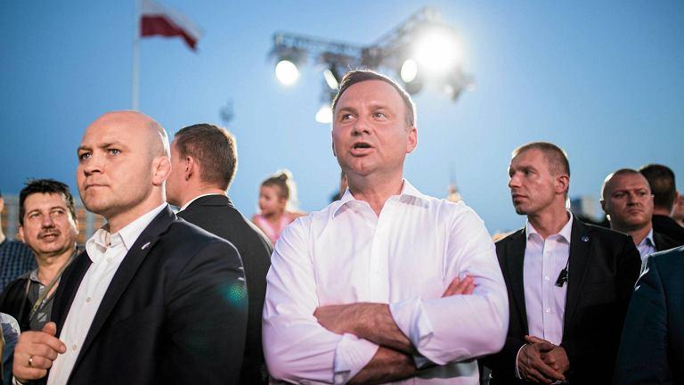 Na wspólne śpiewanie powstańczych piosenek na pl. Piłsudskiego przyszedł prezydent Duda