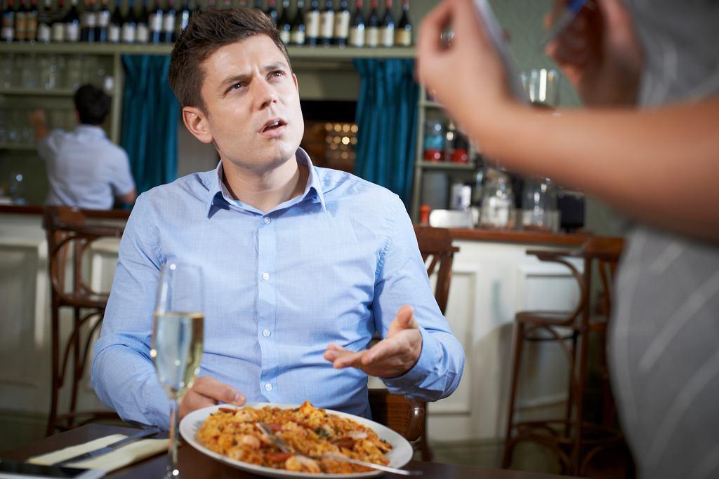 Jak kulturalnie i skutecznie odesłać danie do kuchni?