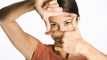 Osoby o ciemnych oczach jesienią i zimą częściej niż niebieskookie odczuwają senność, brak energii i apetyt na słodycze. Kobiety aż o 40 proc. częściej niż mężczyźni mają sezonowe zaburzenia nastroju