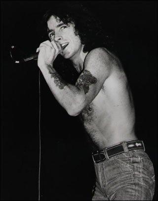Fanom udało się uzbierać pieniądze, potrzebne do wykonania pomnika legendarnego wokalisty AC/DC, Bona Scotta. Stanie on w Szkocji, w rodzinnej miejscowości zmarłego przed 35 laty muzyka.
