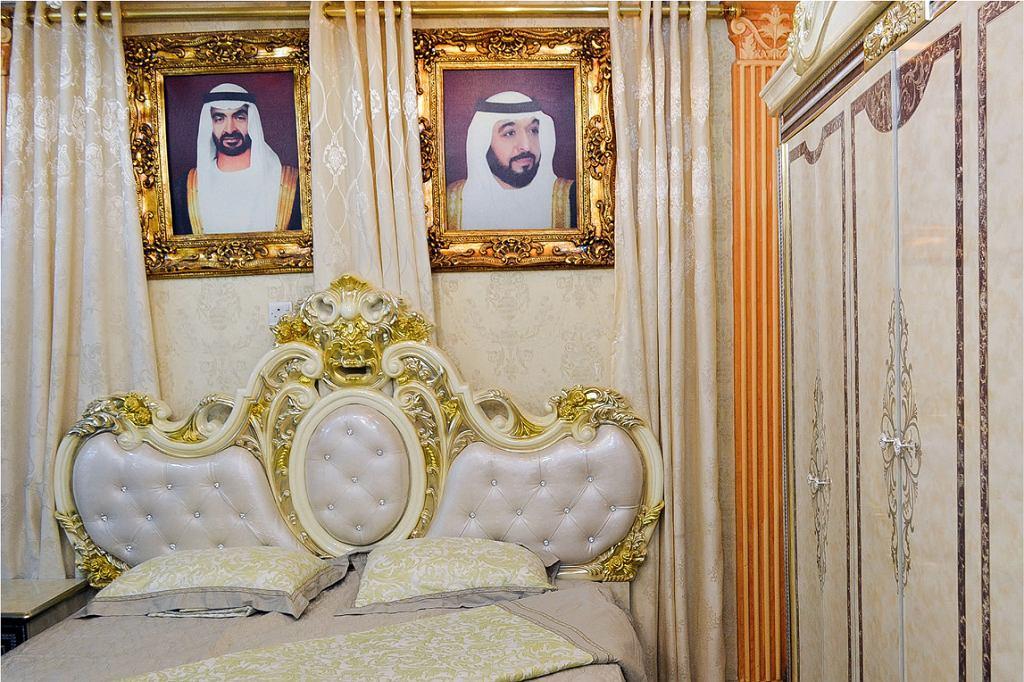 Sklep meblowy w Abu Zabi. Emiratczycy kochają przepych, a wystrój domu świadczy o statusie gospodarza. Nad łóżkiem czuwają szejkowie, synowie ojca narodu: szejk Mohamed i szejk Chalifa (fot. Aleksandra Chrobak)