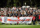 Wayne Rooney dosta� flag� z autografami m�odych pi�karzy z Ma�opolski