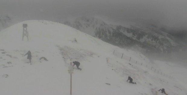 Kasprowy Wierch. Cztery osoby pr�buj� wej�� na szczyt przy wietrze 115 km/h