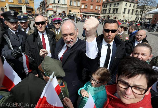 Minister obrony w rządzie PiS Antoni Macierewicz podczas podczas uroczystości podniesienia flagi państwowej na Wieży Zegarowej Zamku Królewskiego. Warszawa, 2 maja 2017