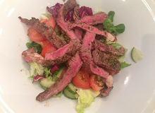 Sałatka z grillowaną w ziołach wołowiną, świeżymi sałatami, doprawiona malinowo-miodowym dressingiem - ugotuj