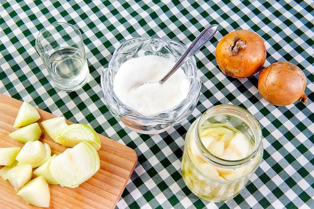Syrop z cebuli można robić zarówno z dodatkiem miodu, jak i cukru