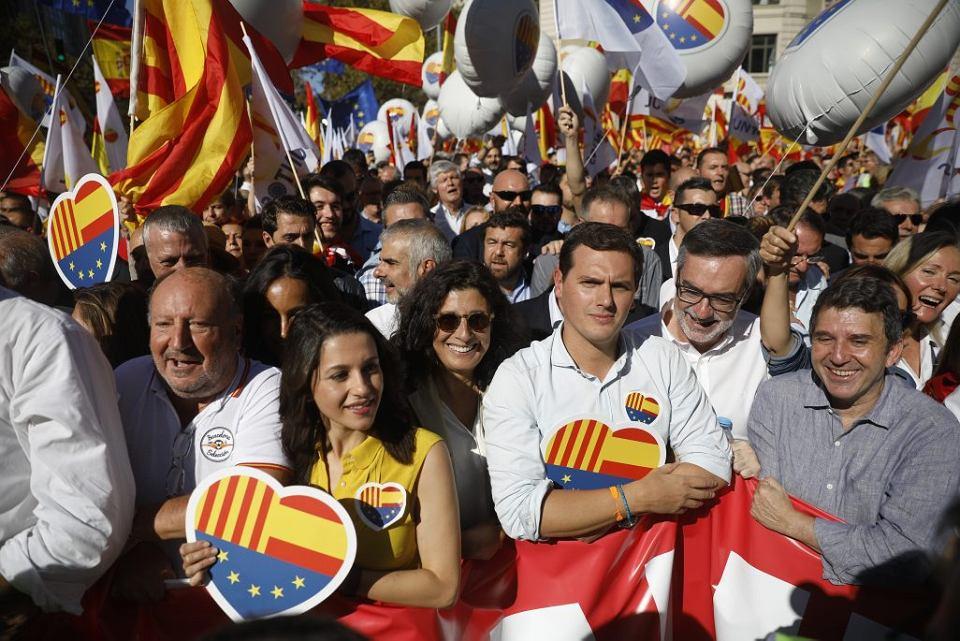 Ines Arrimadas i Albert Rivera z partii Ciudadanos (Obywatele) podczas marszu przeciwko secesji Katalonii w Barcelonie w październiku zeszłego roku