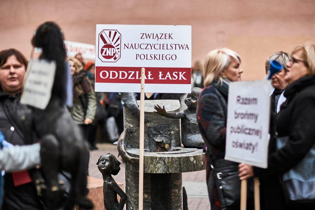 Łódź, Pasaż Schillera. Październikowy protest nauczycieli i rodziców przeciwko likwidacji gimnazjów. Fot. Tomasz Stańczak / Agencja Gazeta