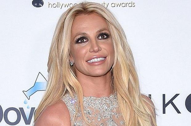 Britney Spears pojawiła się na gali Hollywood Beauty Awards 2018.  Zadbała o przykuwającą wzrok stylizację, ale niestety cały efekt popsuły za małe buty.