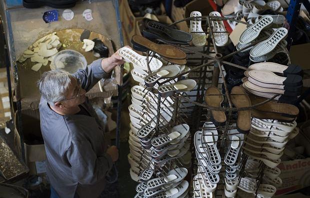 Buty wracają do Europy, w fabrykach roboty zastępują ludzi. Polskie firmy biją rekordy produkcji
