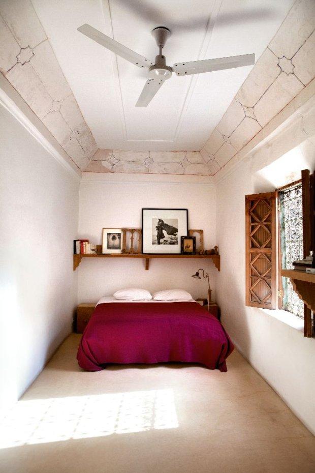 Pokój gościnny. Jest bardzo przytulny, choć sufit znajduje się kilka metrów nad głową. Drewniane rzeźbione półki harmonizują z zabytkowymi okiennicami. Nahtalie odsłaniając sufit odkryła i zakonserwowała ornamenty.