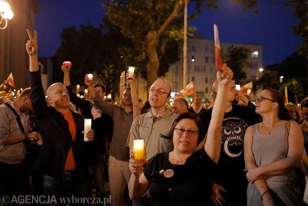 Zdjęcie numer 106 w galerii - Tłumy przed Sądem Okręgowym w Łodzi. Kolejny dzień protestów przeciwko zmianom PiS w sądownictwie [ZDJĘCIA]