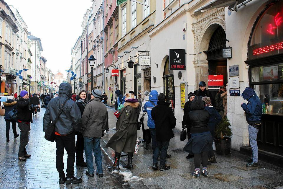 Kraków: pikieta pracowników Almy, domagających się zaległych wypłat