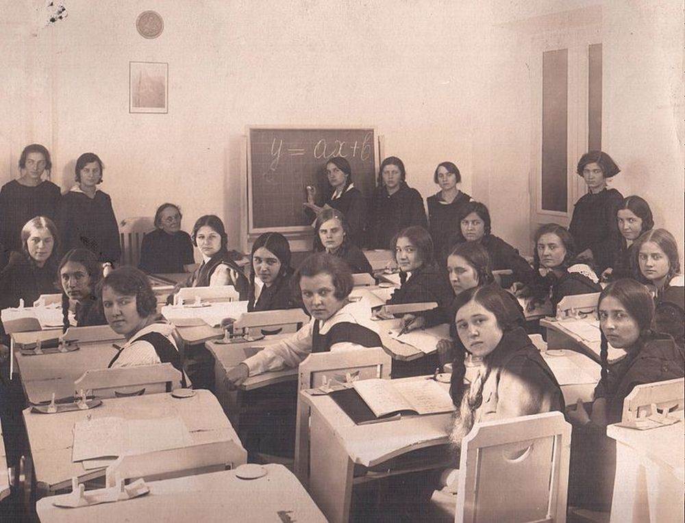 Uczennice w czasie lekcji matematyki, szkoła przy ulicy Wiejskiej w Warszawie, około 1930 roku (fot. autor nieznany / Wikimedia Commons / public domain)
