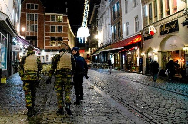 Bruksela jak w stanie wojny. Żołnierze na ulicach, rewizje, zamknięte metro. Polowanie na zamachowca z Paryża trwa