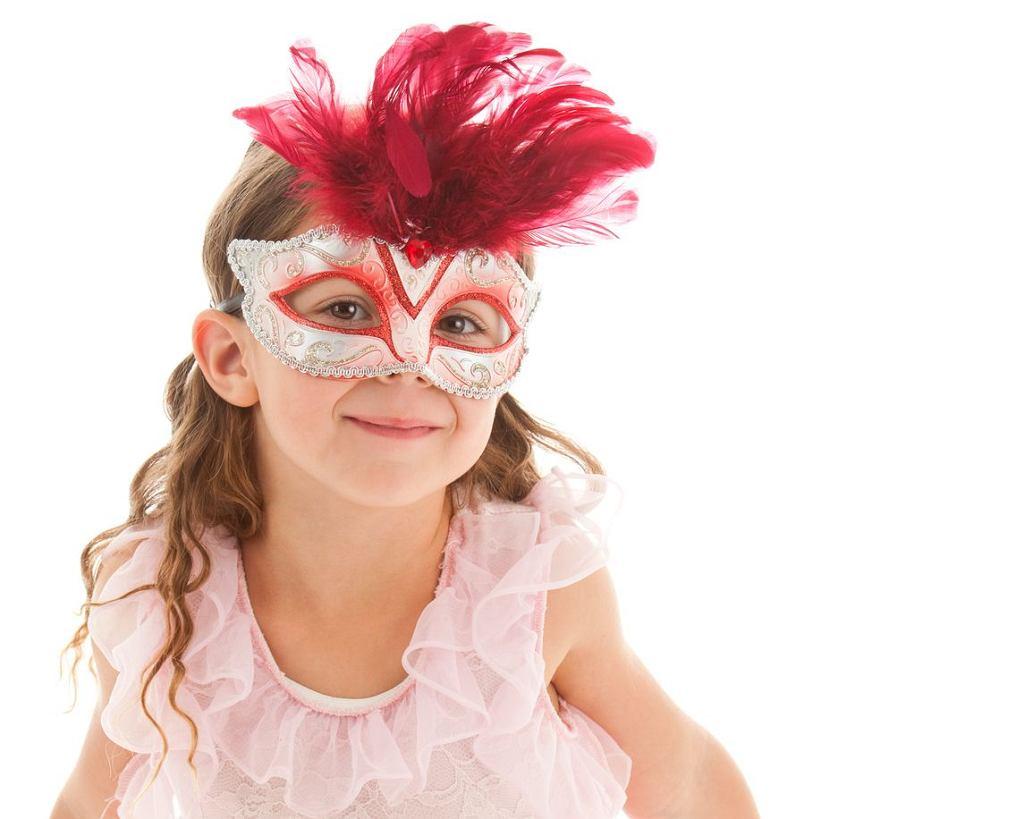 Maska z papieru to najprostszy pomysł na przebranie na bal karnawałowy.