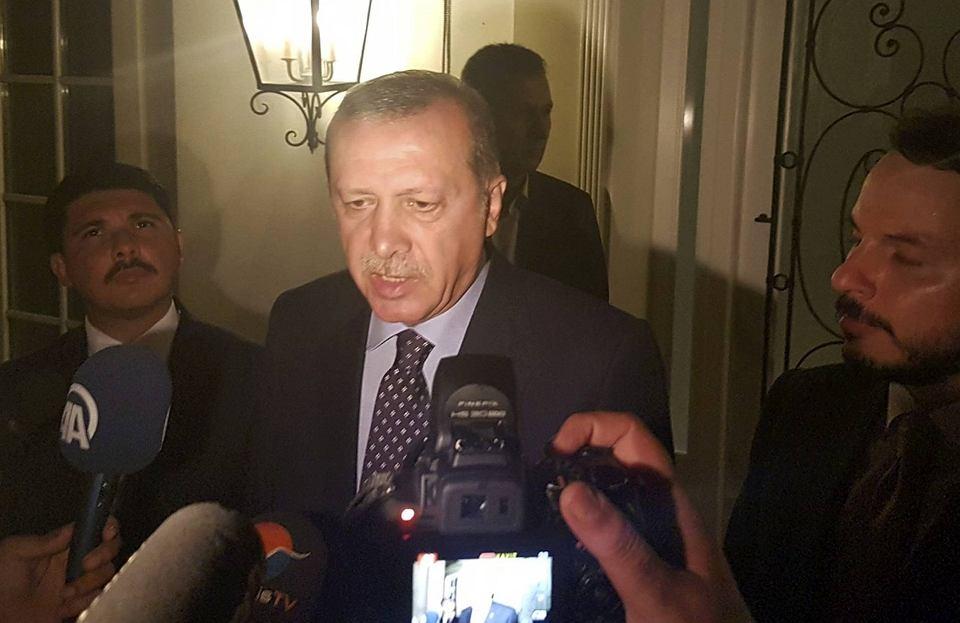 Prezydent Erdogana rozmawia późnym wieczorem z mediami w kurorcie Marmaris