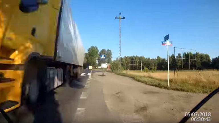 Kierowca ciężarówki jechał na czołówkę z rowerem