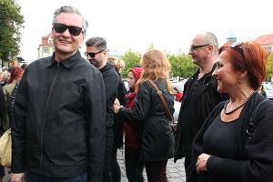 """""""Czarny protest"""" przed słupskim ratuszem. Biedroń: Tak może być w całym kraju. I dobrze!"""