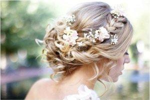 Fryzury �lubne z wykorzystaniem kwiat�w [GALERIA]