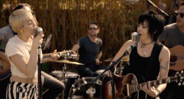 """Joan Jett odwiedziła dom Miley Cyrus i wraz z młodą gwiazdą wykonała swój hit """"Different"""". Spotkanie wokalistek było rozpoczęciem działalności organizacji Happy Hippie, założonej przez Miley, pomagającej młodzieży w trudnej sytuacji."""