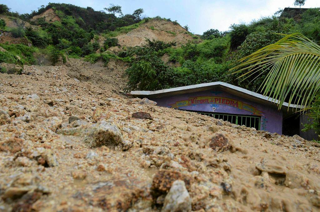 Kaplica pod osuwiskiem błota i kamieni na przedmieściach Acapulco
