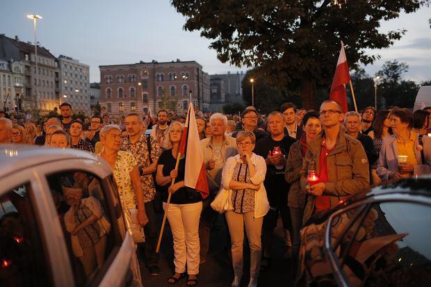 Zdjęcie numer 17 w galerii - Tłumy przed Sądem Okręgowym w Łodzi. Protest przeciwko zmianom PiS w sądownictwie [ZDJĘCIA]