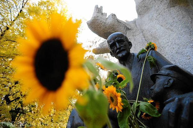 Happening pod pomnikiem Janusza Korczaka