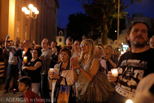 Zdjęcie numer 105 w galerii - Tłumy przed Sądem Okręgowym w Łodzi. Kolejny dzień protestów przeciwko zmianom PiS w sądownictwie [ZDJĘCIA]
