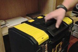 Jak wymienić starą baterię zlewozmywakową? Wiesław Skiba kontra cieknący kran