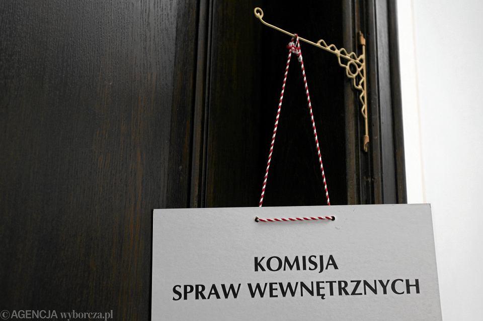 Sejmowa komisja spraw wewnętrznych miała złagodzić projekt odebrania emerytur i rent mundurowych za choćby jeden dzień służby w PRL. Ale po reprymendzie wiceszefa MSWiA w rządzie PiS została przy dawnych założeniach