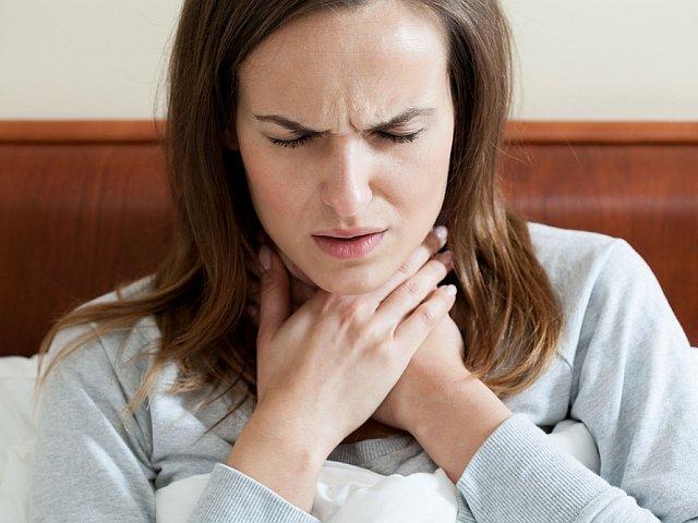 Boli Cię gardło? Jeśli nie masz w domu lekarstw lub z zasady ich unikasz, wypróbuj domowe metody leczenia.