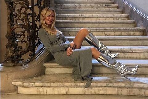 50 letnia Joanna Przetakiewicz odsłania długie nogi i pośladki tym samym zachęca do akceptacji własnego ciała. W punkt?